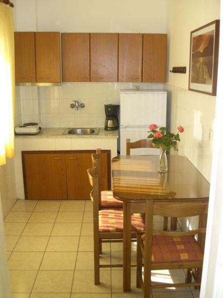 letovanje/grcka/plihrono/bglucky4/teramvos/apartment-kitchen.jpg
