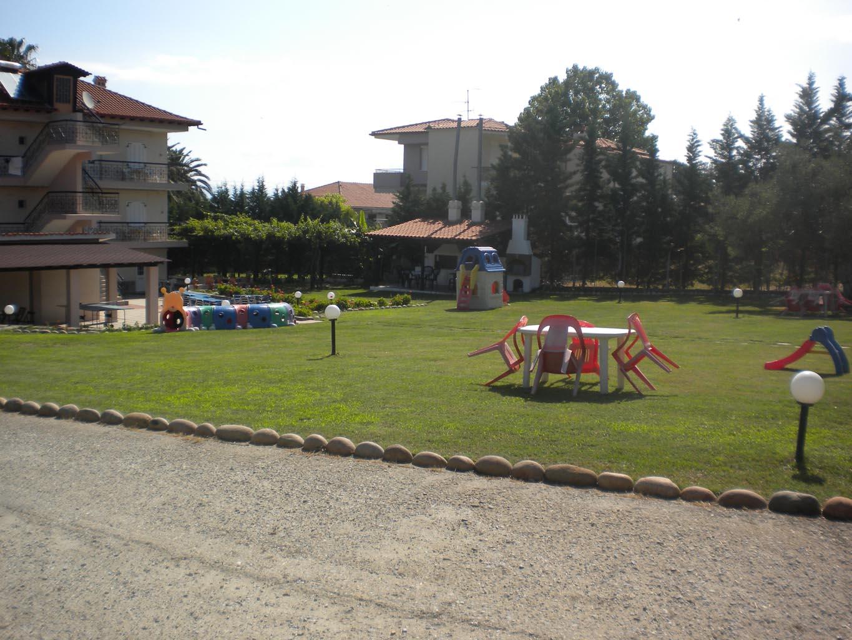 letovanje/grcka/plihrono/bglucky4/teramvos/rear-garden-2.JPG
