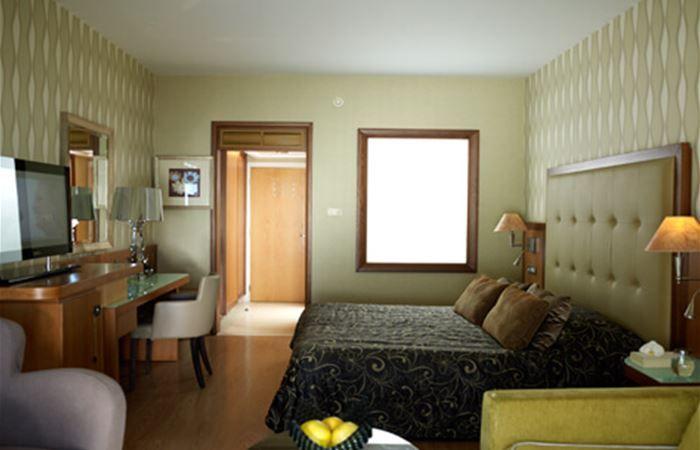 letovanje/kipar/limasol/atlantica/terrace-honeymoon-deluxe-room-3.jpg